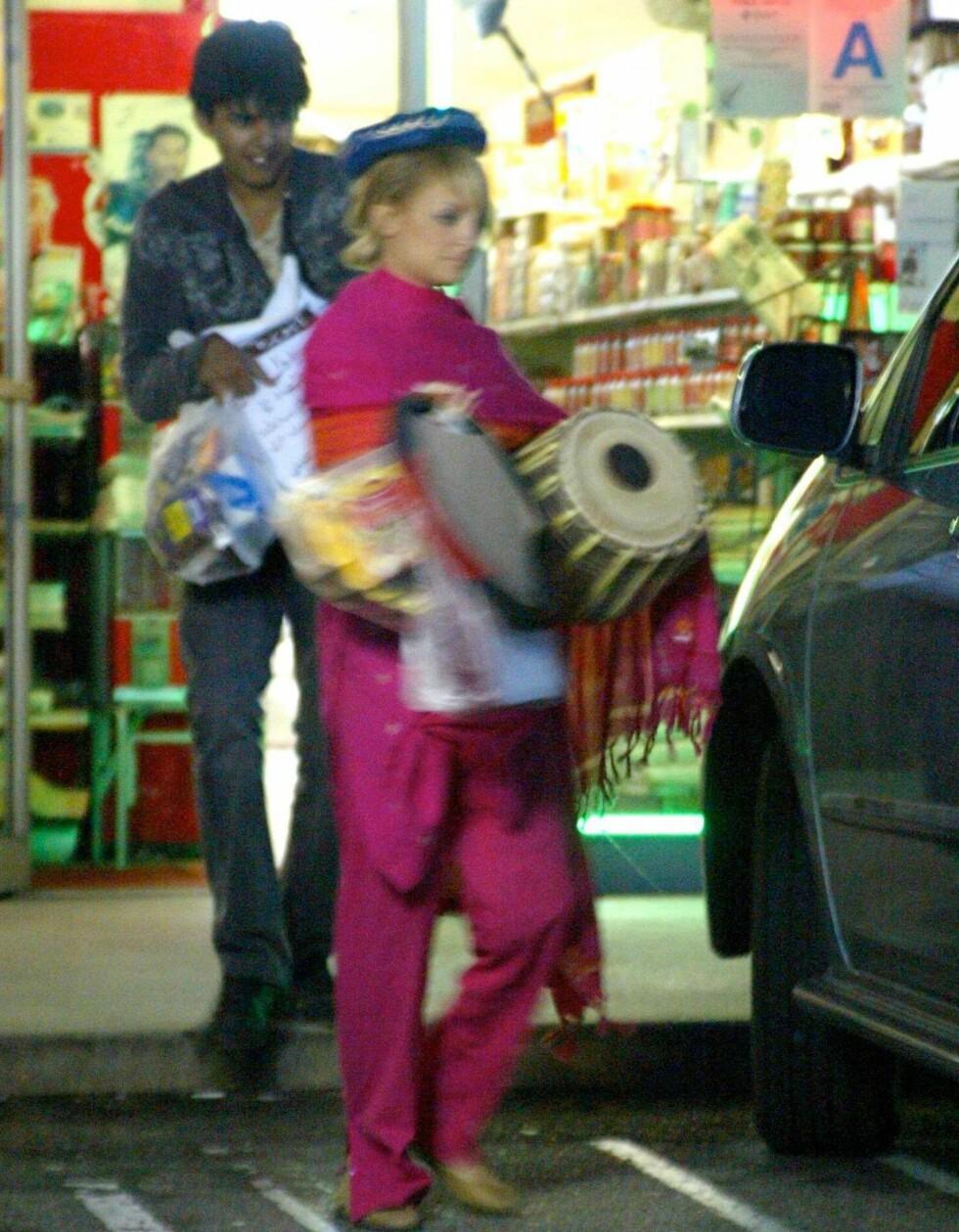 Reality-kjendisen Nicole Richie shopper musikkinstrumenter på en butikk i L.A