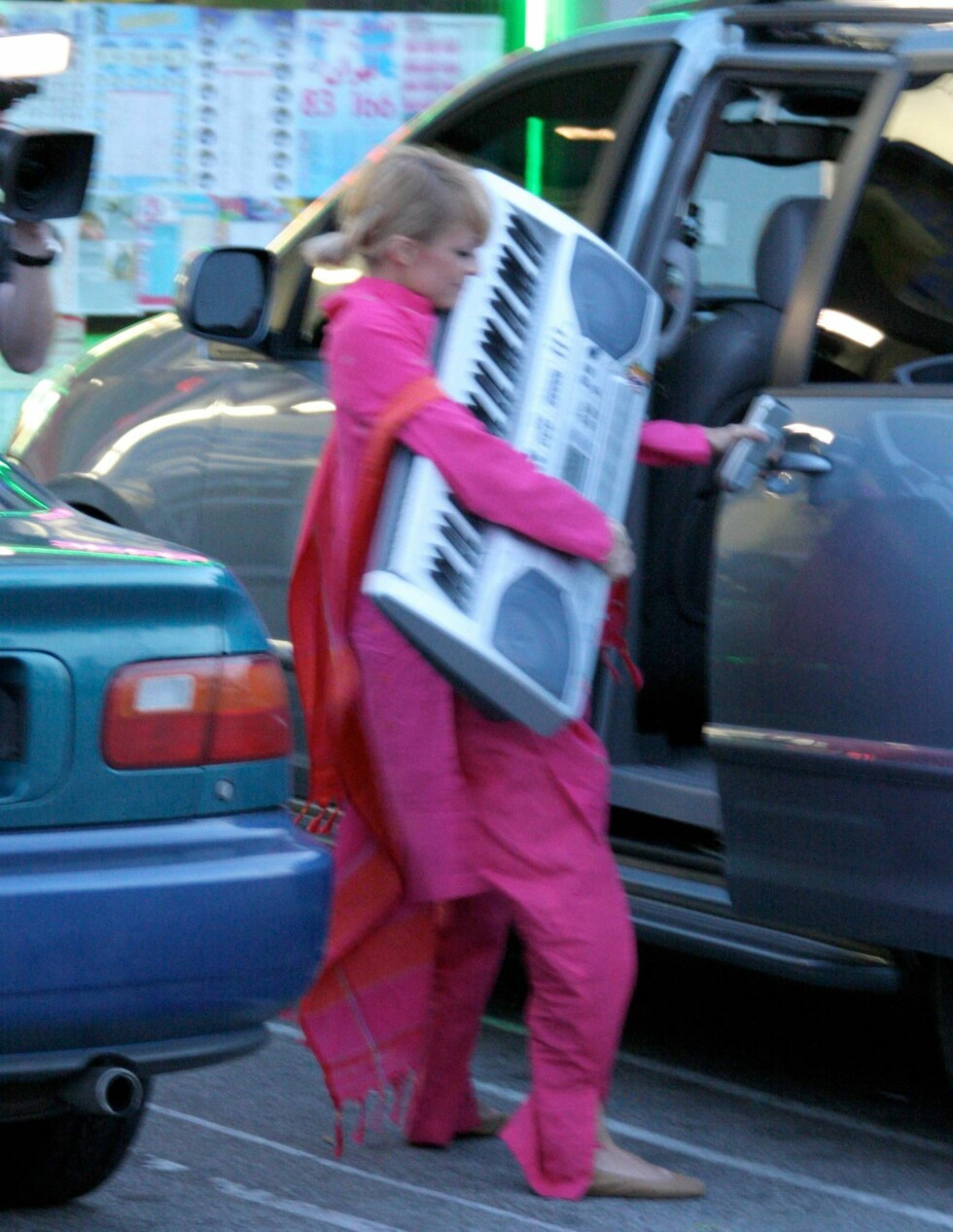 Et keyboard må man ha! Nicole Richie overrasker.