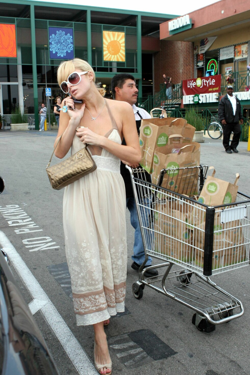 Paris Hilton shopper organisk mat på Wholefood i Hollywood.  Foto: All Over Press