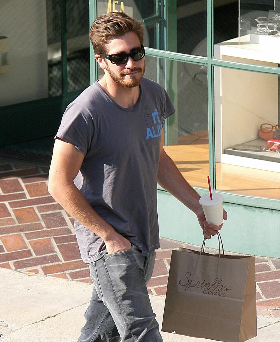 Brokeback mountain-yndlingen Jake Gyllenhaal bærer på en pose med Sprinkles-kjeks i Beverly Hills.