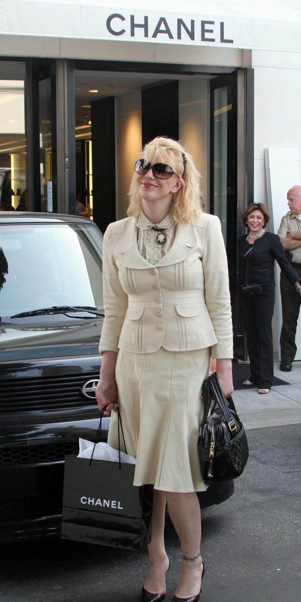 Kurt Cobains enke, rockeren og skuespillerenn Courtney Love handler hos Chanel på Rodeo Drive.