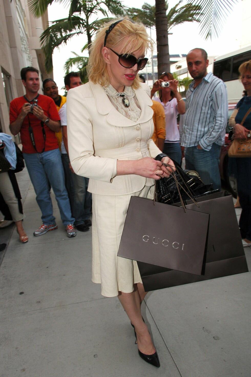Courtney skaper alltid oppstyr og er omringet av fotografer, også på shoppingtur.