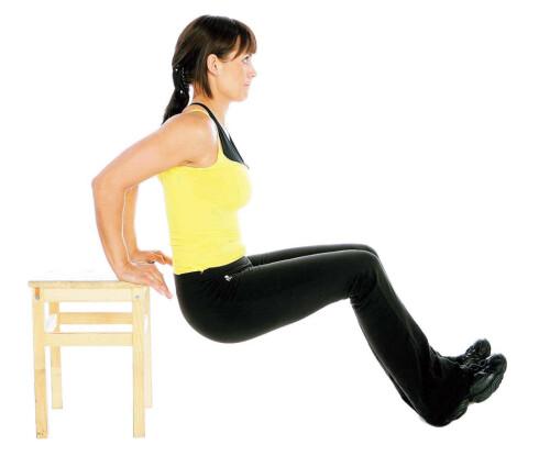 ØVELSE 2: Dips på en benk, trapp eller krakk. Sett hendene i skulderbredde på krakken bak kroppen og føttene i gulvet. Start bevegelsen med rette eller lett bøyde albuledd. Bøy i albuen og senk kroppen ned mot gulvet. Press opp igjen. Gjenta. Foto: dips