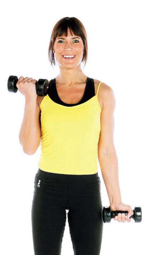 ØVELSE 1: Stående enarms. Stå med manualene ned langs siden. Lås overarmene ved siden av kroppen. Bøy vekselvis i albuene og løft manualene helt opp samtidig som du dreier dem utover. Senk rolig tilbake. Forsøk å holde albuene i ro under bevegelsen. Gjenta.