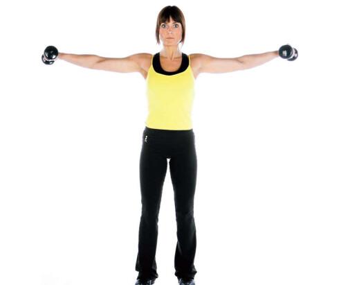 ØVELSE 2: Stående strak sidehev. Stå med armene ned langs siden og en lett bøy i albuene. Løft armene ut og opp. Snu bevegelsen i topp-posisjon når albuene er i høyde med skuldrene. Håndbaken peker da opp mot taket. Kom tilbake til startposisjonen og gjenta.