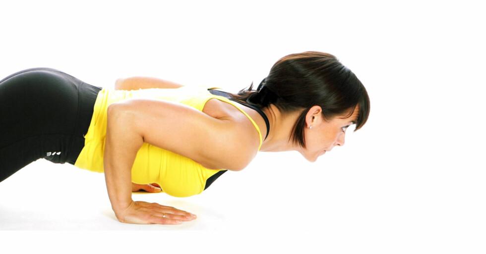 ØVELSE 1: Baksiden av overarmene. Armhevinger på knærne eller tærne med smalt grep. Knærne eller tærne settes i gulvet og overkroppen holdes fiksert på strake armer. Ha et skulderbredt grep. Armene inntil siden. Senk kroppen mot gulvet og press tilbake. Gjenta.
