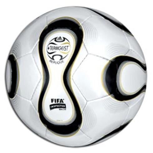 En rimelig fotball er kjekk å ha på parkdager. Adidas Replique VM-fotball (kr 139, XXL).