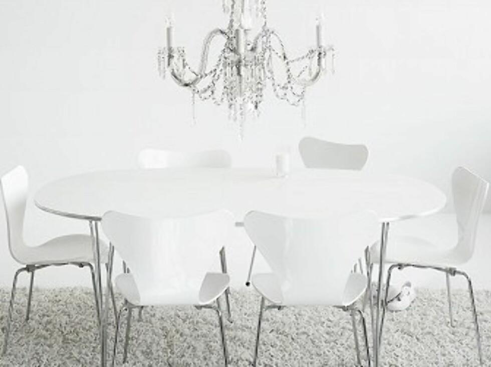Superellipse-bordet med klassiske «Syveren»-stoler, sistnevnte designet av Arne Jacobsen. Foto: Egon Gade / Fritz Hansen