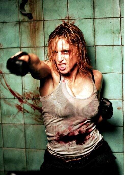 Madonna ser passe agressiv ut på dette bildet, som er hentet fra innspillingen av musikkvidoen til «Die another day» - men den flotte kroppen får hun blant annet fra Ashtanga-yoga. Popdronningen spiser også svært sunt, og holder seg milelangt unna junk.