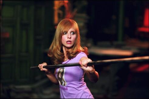 Sarah Michelle Gellar sparket tonnevis med vampyr-rumpe i den populære TV-serien «Buffy the vampire slayer». Ikke rart dama kunne slå fra seg - hun har nemlig trent kickboksing i årevis. Her fra innspillingen av filmen «Scooby-doo 2», hvor det også ble litt fysisk utfoldelse for eks-vampyrdreperen.