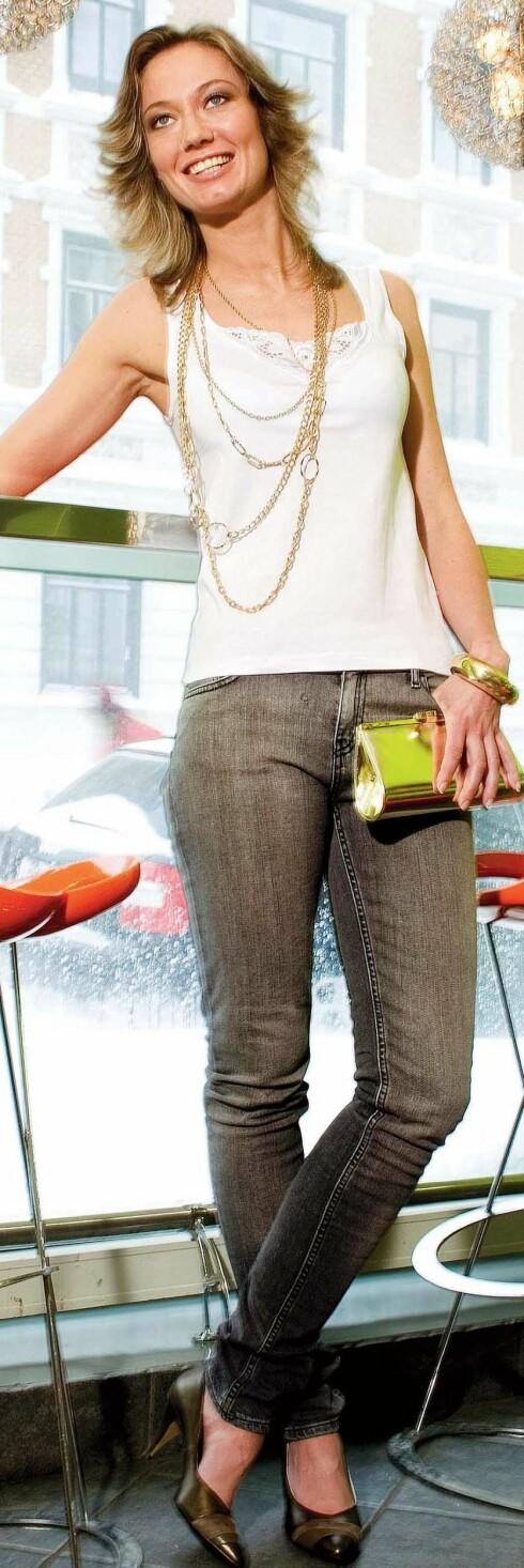Smale jeans (kr 500, JC/Crocker), singlet (kr 60,Vero Moda), pumps (kr 500,Bianco), gullkjede (kr 500),gullveske (kr 260), tynt gullarmbånd(kr 55) og bredtgullarmbånd (kr 105, altfra Accessorize).