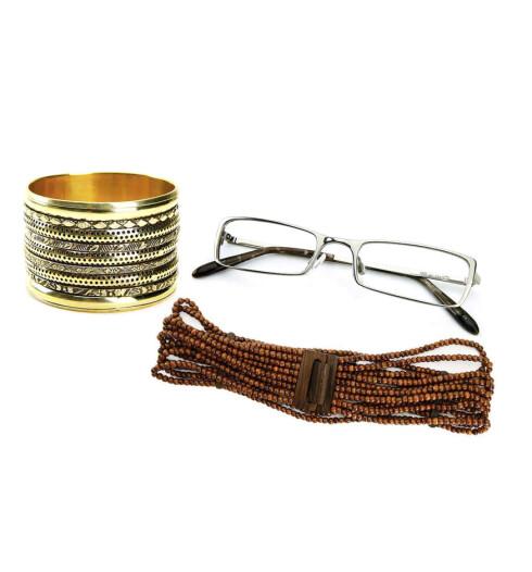 Stor og bred armring (kr 159, 4-Knits.) Brilleinnfatning som passer godt til Trude (kr 2850, Sand). Som perler på en snor - strikkbelte med trelås (kr 350, 4-Knits).