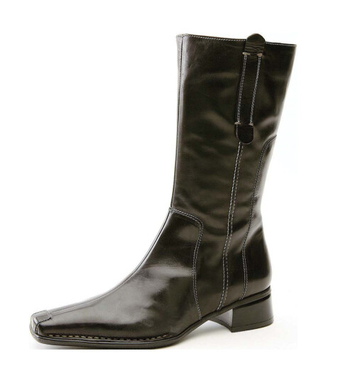 Svarte, korte støvler i skinn med stikninger og ekstra forsterkning på tåen (kr 1200, Bianco).
