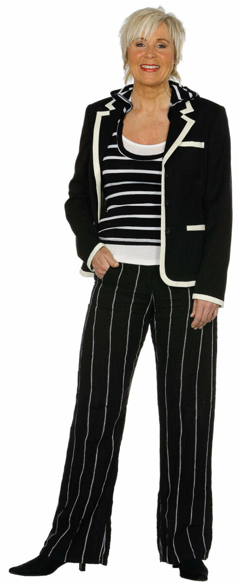 Stripete linbukse(kr 800), jakke medhvite kanter (kr 2900,begge fra Match).Topp i to deler (kr 400,Magnet). Svartestøvler med høyehæler (kr 600,Euro Sko).