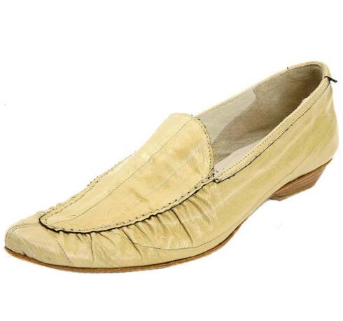 Mokasiner er en stor sommerhit, disse er i blankt skinn(kr 2500, Sand).