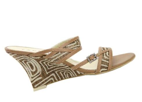 Lekker sandal med mønster i beige og gammelrosa (kr 400, Face).