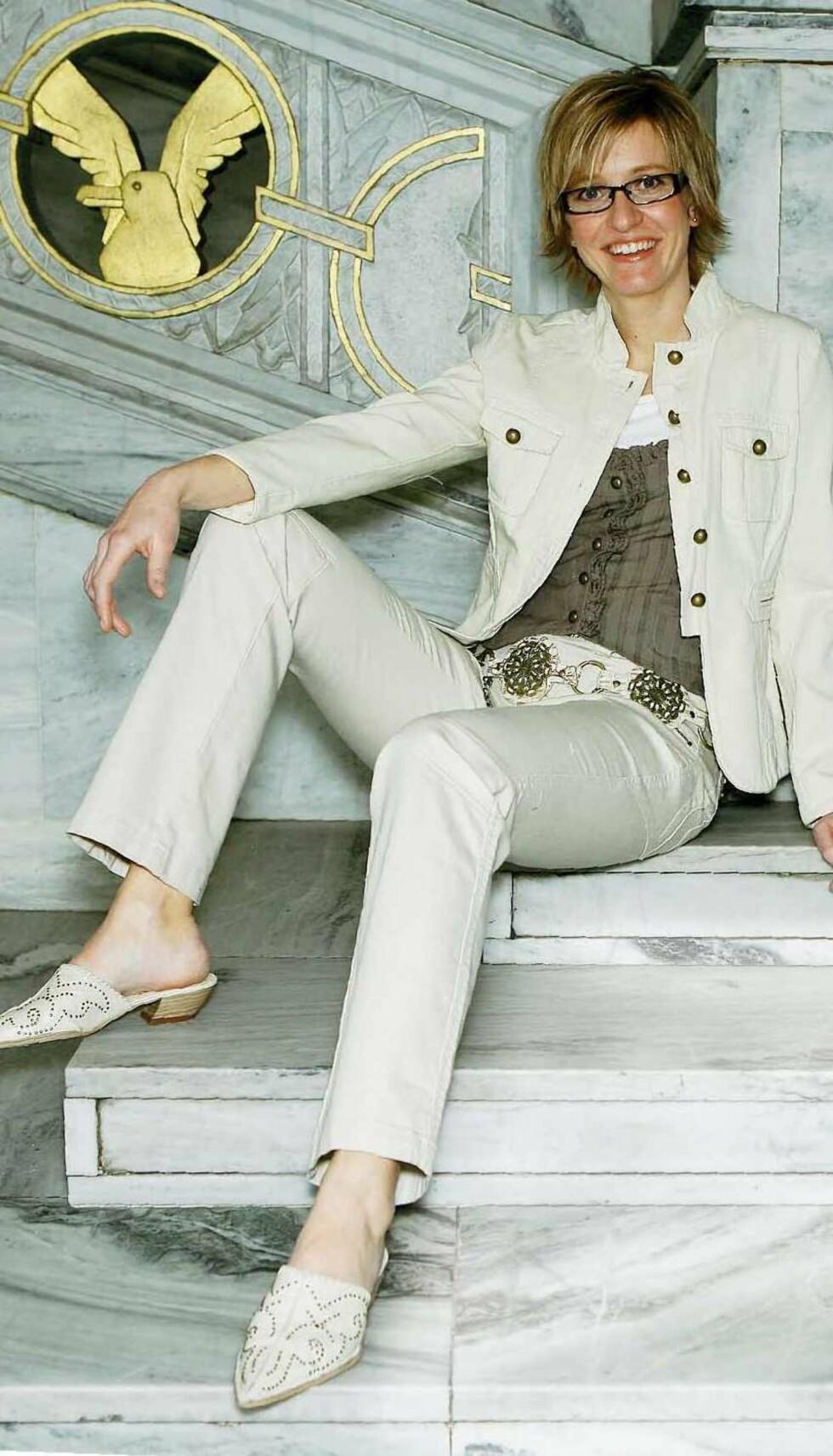 Den lyse dressen har sporty jakke med metallknapper (kr 500, Millennium) og bukse i samme stil (kr 500, Popin). Lys singlet (kr 80, Lindex) og brun vest (kr 300, Popin) sammen med medaljong-belte på hoften (kr 250, Glitter). Slipin sko med små maljer (kr 600, Bianco).