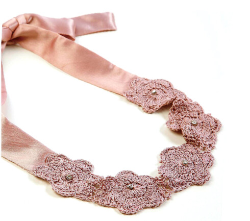 Gammelrosa hårbånd i silke med heklededetaljer(kr 60, H&M).