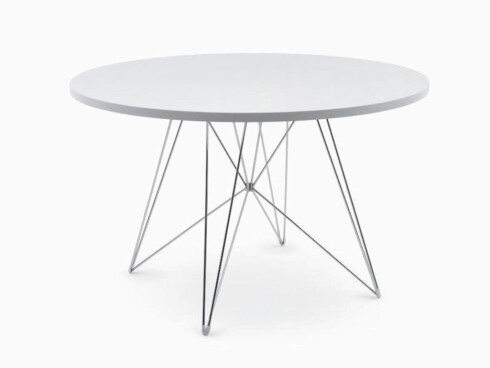 Spisebordet «Tavolo XZ3» med understell i forkrommet stål (kr 4700, Magis).