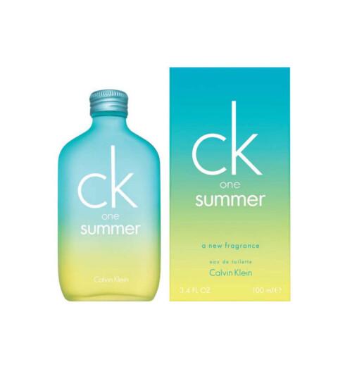 ck One Summer med duft av blantannet melon, sitron og rabarbra.Kan brukes både av ham og henne(kr 350 for 100 ml).