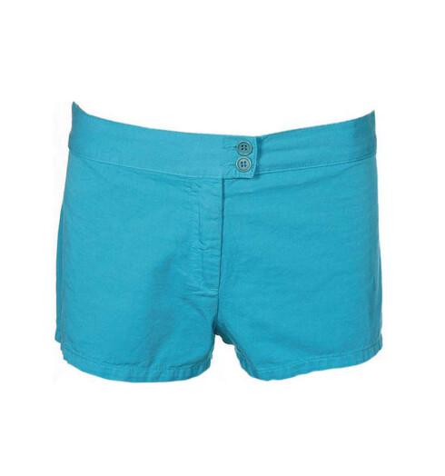 TIL BRUNE BEIN: Hotpants i akvafarger(kr 200,Benetton).