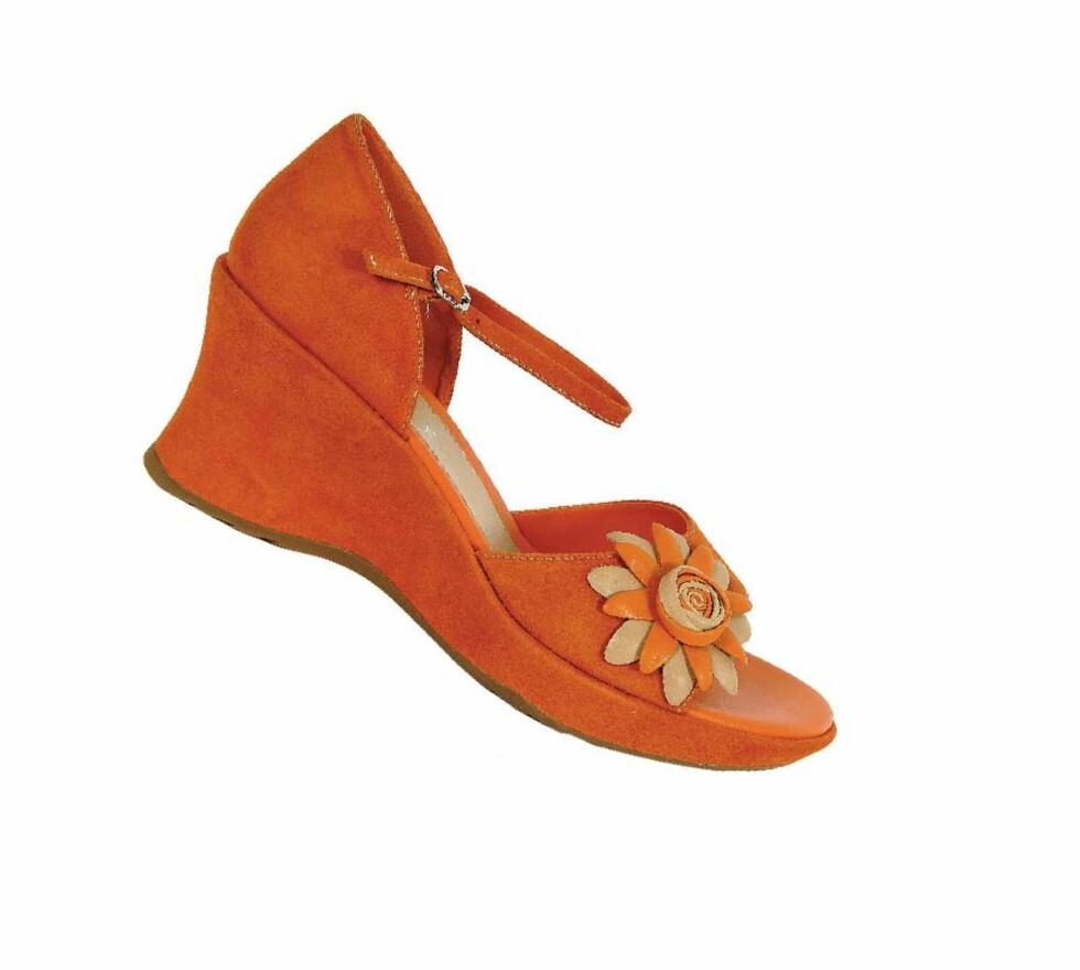 Semsket, åpen sko med blomsterpynt (kr 850, Ecco).