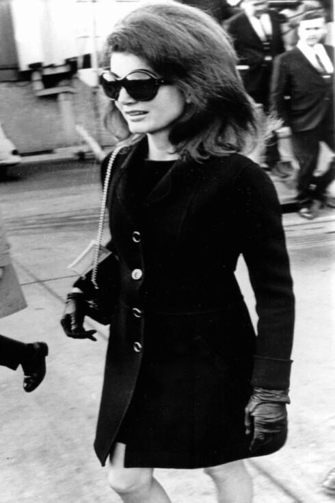 Tidligere førstedame Jacqueline Kennedy Onassis i 1973, med tidsriktige solbriller og etasjehøyt hår.