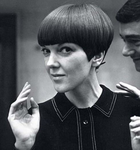 MARY QUANT var selve trenddronningen i London på 60-tallet.Hun var designeren som fikk jentene tilå klippe håret og gå i miniskjørt. Moten oppsto på gaten, verdens motesenter het Carnaby Street og klærne hadde sterke farger og grafiske mønstre.