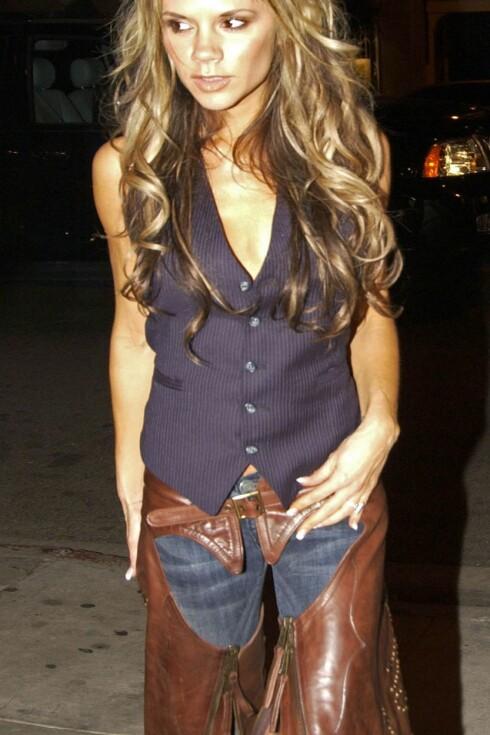 Trendsettere som Victoria Beckham går selvsagt med skinnchaps over jeansen.
