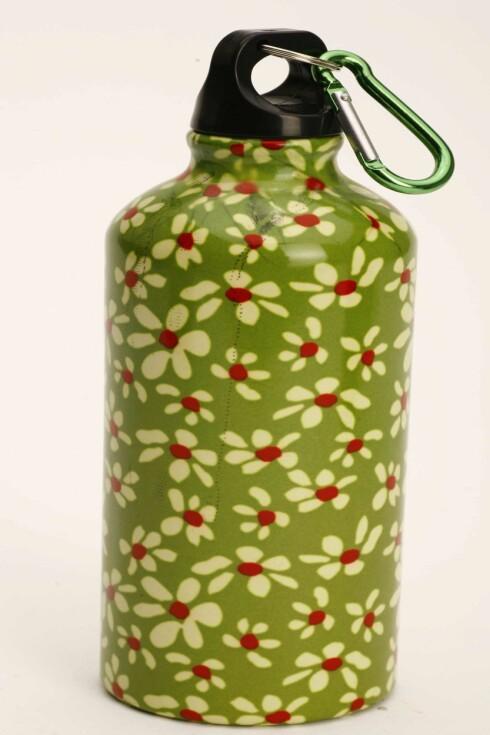 Sprudlende glad drikkeflaske i aluminium med blomstertrykk (kr 120, Rafens).
