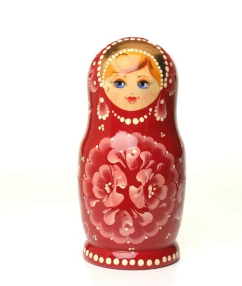 Den evig- aktuelle babusjka- dukken har pyntet seg. (kr 220, Babushka)