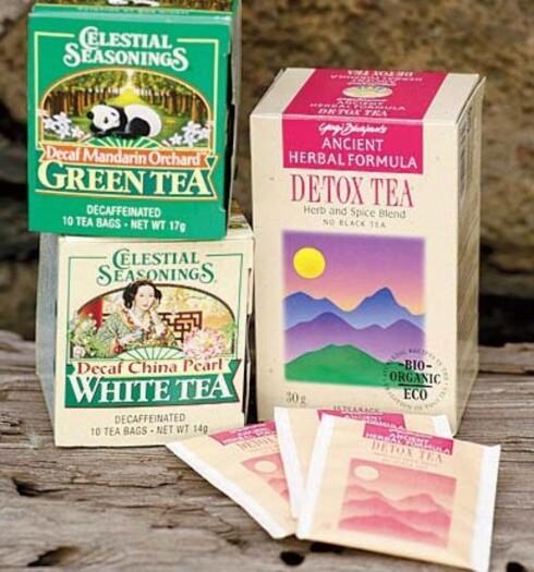Unngå vanlig svart te med koffein.Grønn og hvit te er laget på unge teblader og inneholder mer antioksidanter enn svart te, men pass på at den du drikker er koffeinfri.Prøv kornkaffe fra helsekostbutikkblandet med skummet, varm soyamelk dersom du savner kaffe latte. Kumelk er vanskeligere å fordøye og kan gi oppblåsthet og fordøyelsesproblemer.