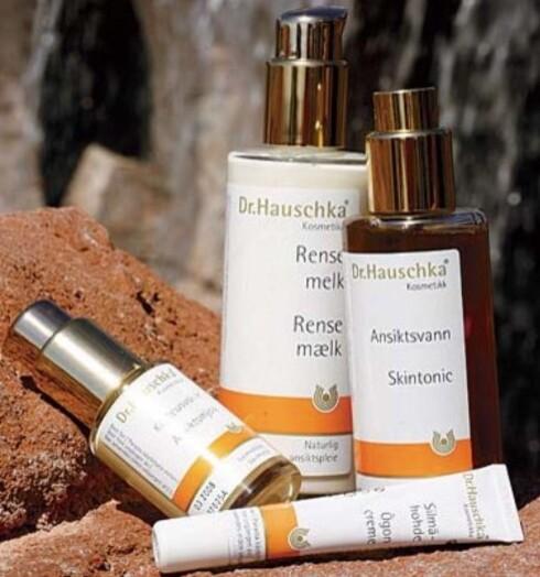 Dr.Hauschkas hudpleieserie inneholder naturlige ekstrakter fra planter som er dyrket biologisk eller vokser vilt i beskyttede områder.De er laget uten kjemiske og syntetiske farge- og duftstoffer.Fås i helsekostforretninger.