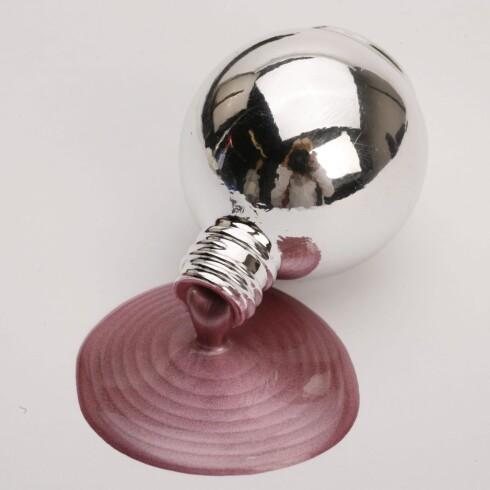 Kul metallisk rosa neglelakk med lyspærefarget flaske (kr 60, Body Map).
