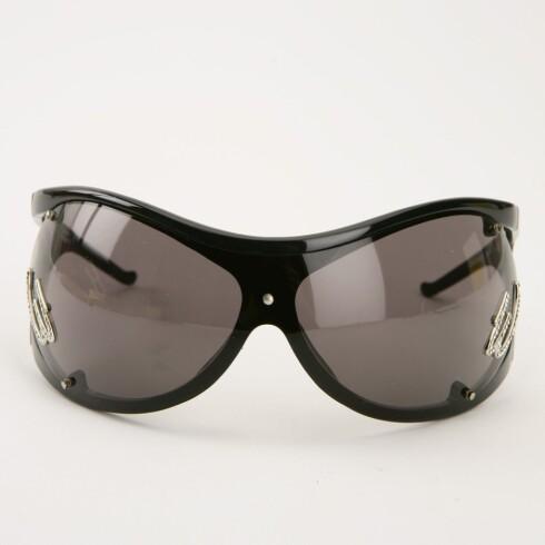 Røffe solbriller (kr 2500, Vivienne Westwod/Synsam) .