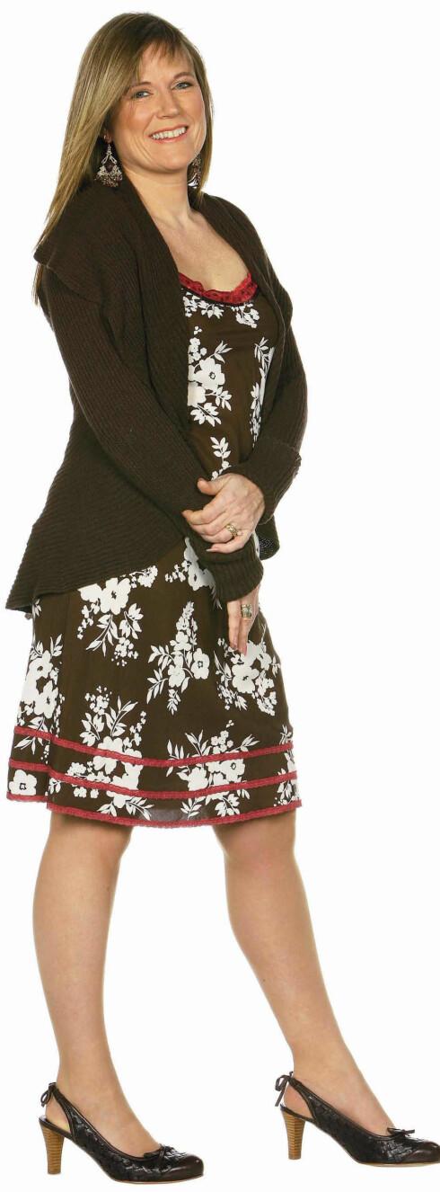 Mønstrete kjole med spaghettistropper og røde kantbånd nede og i utringningen (kr 580). Brun, strikket jakke med stor krage og volangkanter sitter godt i ryggen og gir fin vidde nederst (kr 1000, begge fra Benetton). Brune slingbacksko med trehæl (kr 600, Bianco). Store øredobber (kr 60, H&M).