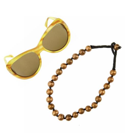 Solbrillene kan nesten ikke bli for store i sommer (kr 649, Byblos). Perler på en svart snor. Disse er av tre og malt i metallic (kr 105, Accessorize).