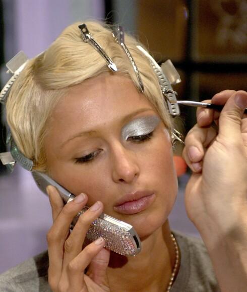 Paris Hilton blir sminket mens hun snakker i sin egendesignede mobil. Ønsker du en slik? Se neste bilde.