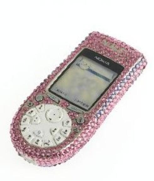 Hos www.ChristalRocks.com kan du få din egen mobil laget til deg på Paris Hilton- måten.