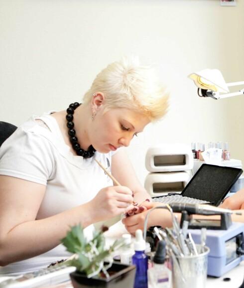 Negldesigner Rebecca Forebergskog hos Tone-Liseakademiet er ekspert på å støpe negler.