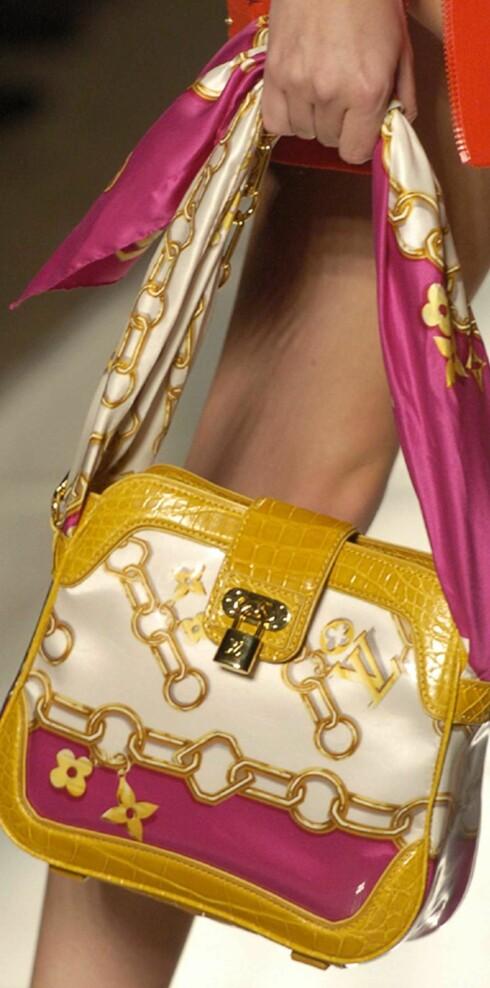 Veske med gullmotiver fra Louis Vuitton.