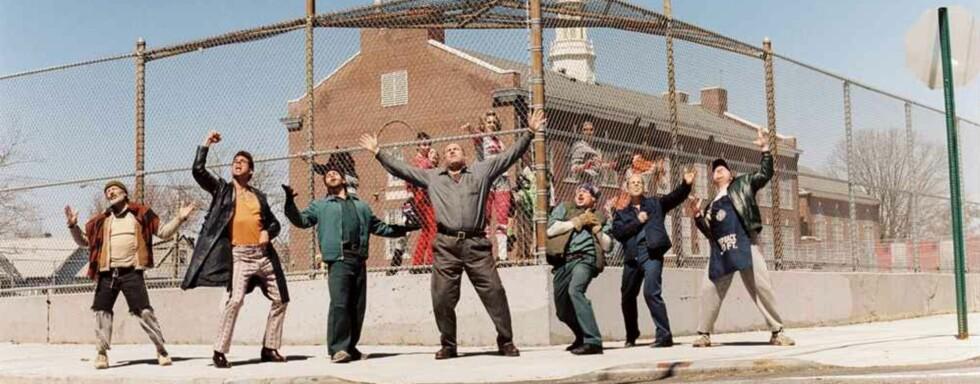 Gandolfini (midten) og gjengen synger ut om utfordringene ved å være mann.