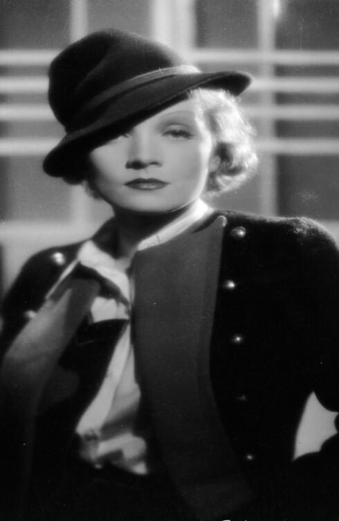 Marlene Dietrich i kjent positur.