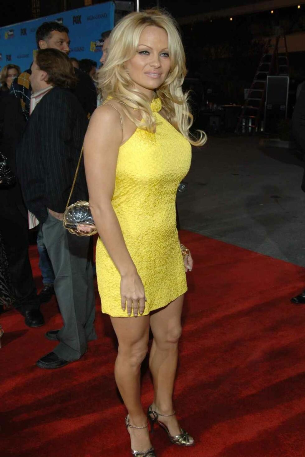 Pamela Anderson ser gult.