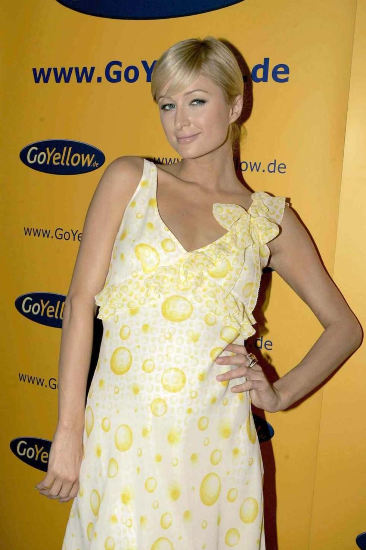 Delikat Paris Hilton i gult.