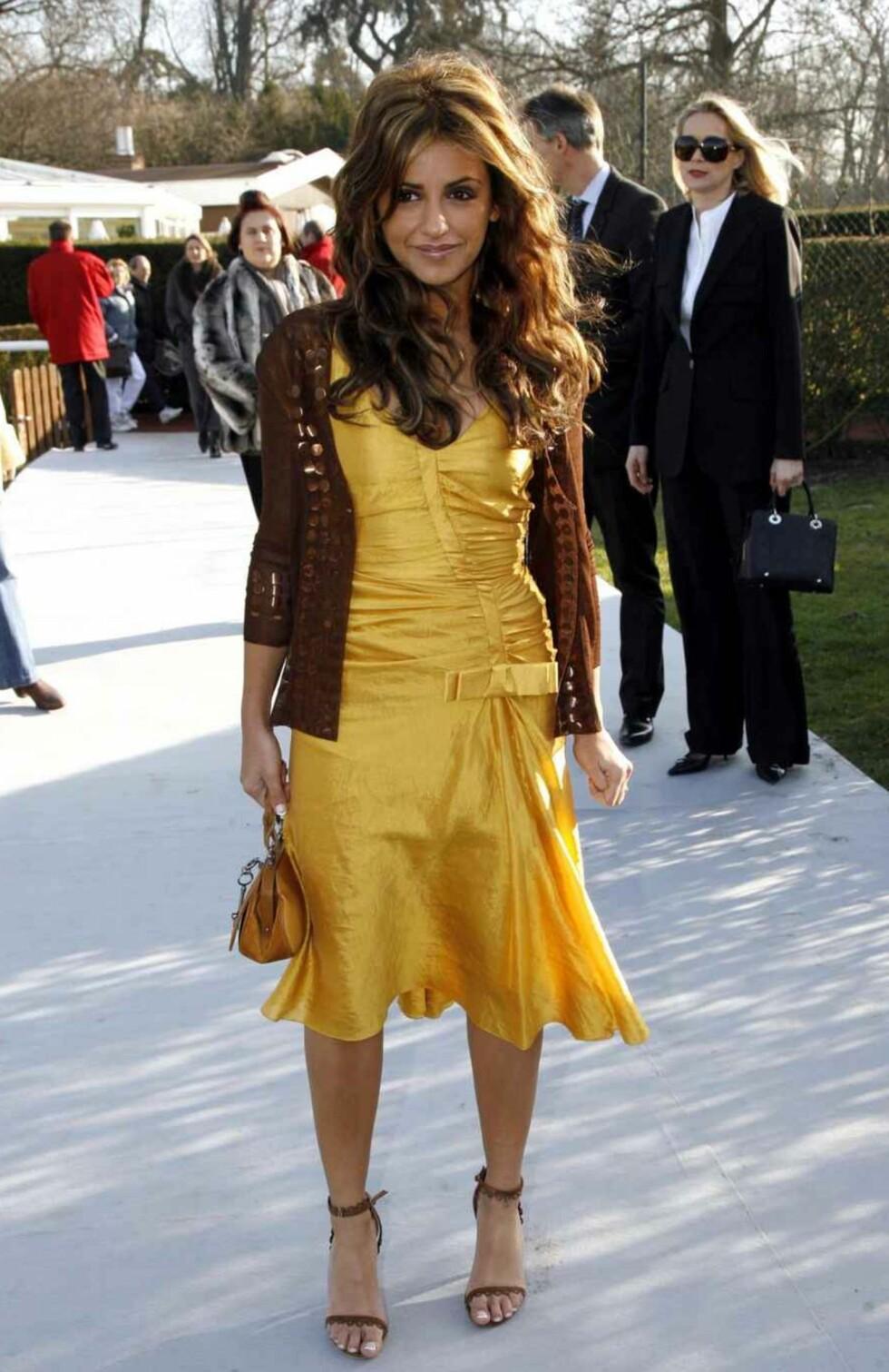 Skuespilleren Monica Cruz i gult.