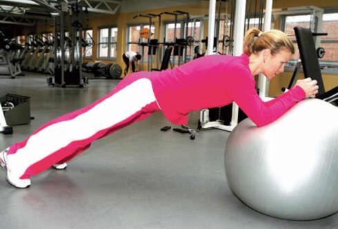 Planke på ball: Dette er en spennende variant av en velkjent øvelse. Den er mer krevende enn vanlig planke fordi man står ustabilt. Det er veldig viktig å unngå svaii ryggen. Trekk magemusklene inn slik at ryggen ikke blir ukontrollert svai. Hold så lenge du klarer uten at ryggen blir svai. To til tre ganger. 10-30 sekunder er bra. Øvelsen blir lettere med albuene nærmere kroppen og tyngre jo mer du retter ut armvinkelen.