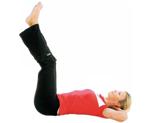 Senke beinet, del I: Ligg på ryggen med armene under hodet eller langs kroppen (det siste er litt lettere). Oppgaven i denne øvelsen er å holde korsryggen i kontakt med gulvet hele tiden. Om du kjenner at ryggen mister kontakten, er det for tungt, og da bør du bøye beinet mer eller ikke la det gå så langt ned.
