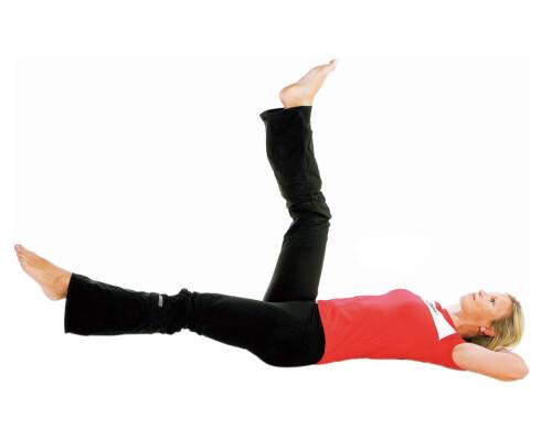 Senke beinet, del II: Senk det ene beinet langsomt ned mot gulvet. Stopp før du treffer gulvet og heis det like langsomt opp igjen. Bytt bein. Gjenta åtte ganger med hvert bein.