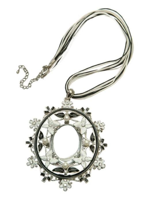 Et stilig smykke frisker alltid opp et antrekk (kr 300, 3-cfashion).